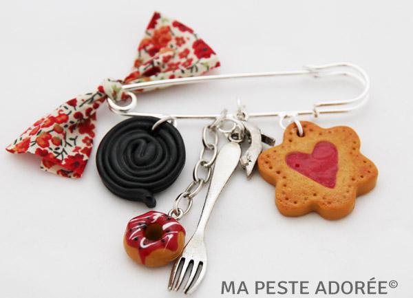 Broche fantaisie gourmande avec réglisse et biscuits à la fraise pa Ma Peste Adorée