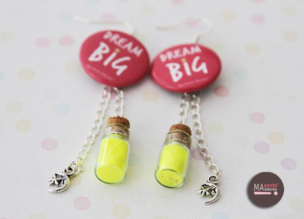 Nouveaux bijoux originaux chez la Peste : des bijoux composés de petits badges et avec des messages super positifs !