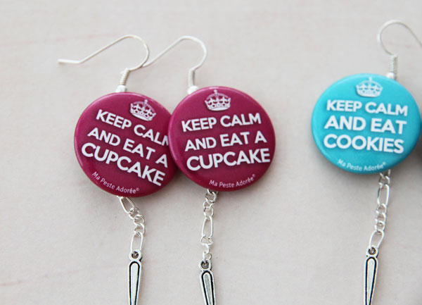 Nouvelles boucles d'oreilles badges avec slogans ! Keep Calm and eat a cupcake + Keep calm and eat cookies.